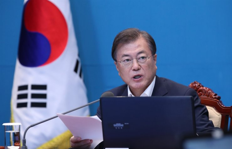 President Moon Jae-in speaks during a weekly meeting with senior Cheong Wa Dae aides, Monday. Yonhap