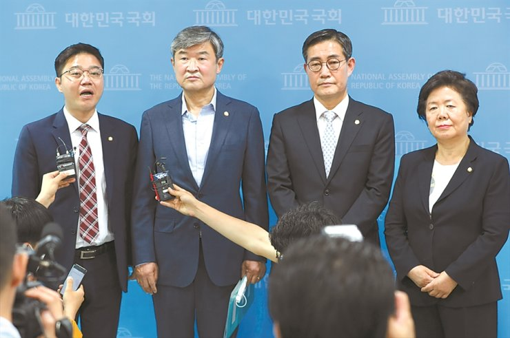 Main opposition United Future Party lawmakers, from left, Ji Seong-ho, Cho Tae-yong, Shin Won-sik and Suh Jung-sook, hold a press conference at the National Assembly in Seoul, Friday, to criticize the government's plan to legislate a ban on anti-North Korea leaflet campaigns. / Yonhap