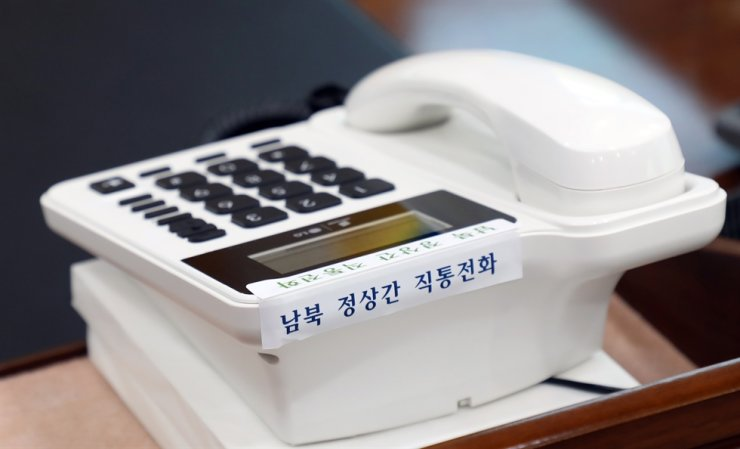 A phone set up at Cheong Wa Dae as a hotline between leaders of two Koreas. North Korea said, Tuesday, it would cut all communication lines with the South, including the hotline. Yonhap