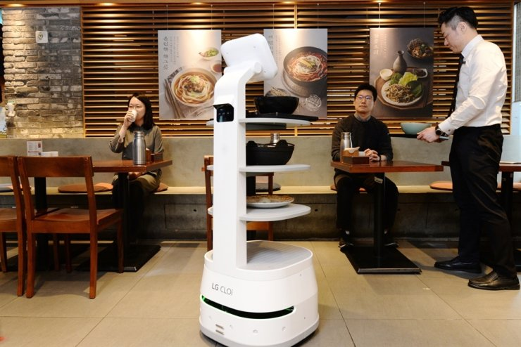 LG Electronics' CLOi ServeBot brings food to customers at a restaurant in Seoul, Jan. 31. LG signed a partnership Friday with online food delivery platform operator Woowa Brothers and the Korea Institute for Robot Industry Advancement to develop serving robots.