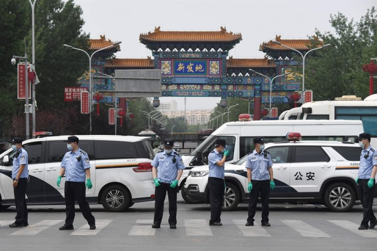 Chinese police guard the entrance to the closed Xinfadi market in Beijing on June 13, 2020. /AFP