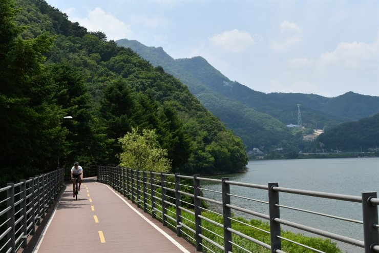 A man rides a bicycle on a trail that surrounds Lake Uiam in Chuncheon, Gangwon Province. / Courtesy of Korea Tourism Organization