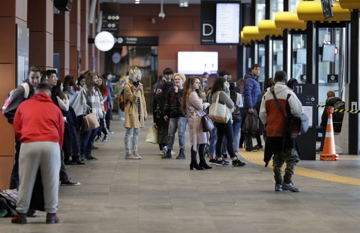 Commuters wait for transport at a bus interchange in Christchurch, New Zealand, Monday, June 8, 2020. New Zealand appears to have completely eradicated the coronavirus, at least for now, after health officials said Monday the last known infected person had recovered. /AP