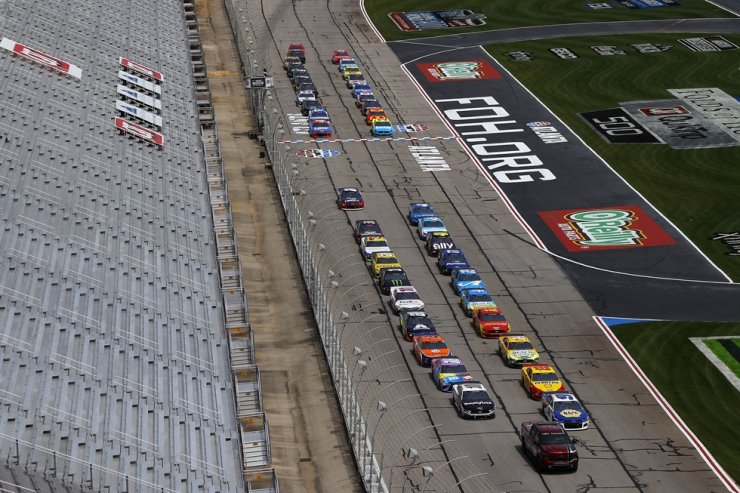 The field pauses on the front stretch for a moment of listening in reflection of recent social unrest prior to the NASCAR Cup Series Folds of Honor QuikTrip 500 at Atlanta Motor Speedway on Friday in Hampton, Georgia. / AFP-Yonhap