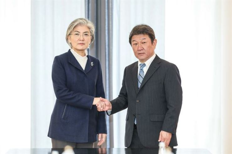 Foreign Minister Kang Kyung-wha, left, and her Japanese counterpart Toshimitsu Motegi / Korea Times file
