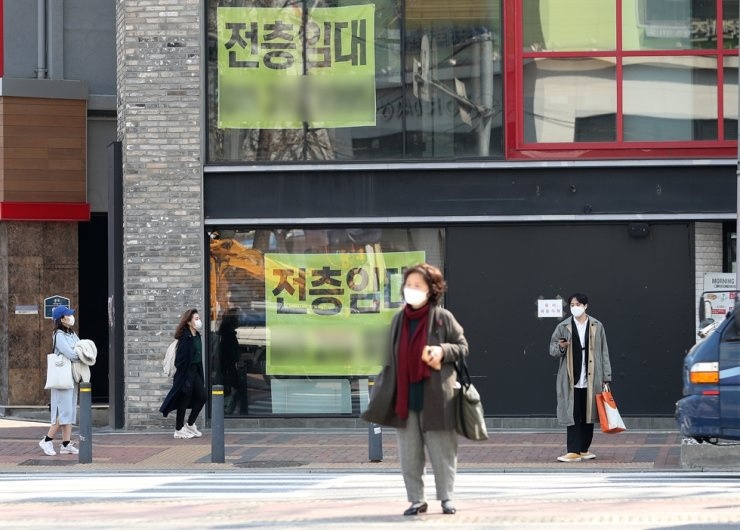 Signs put up on the window of a building read 'entire floor for rent' in Jongno-gu, central Seoul. Korea Times file