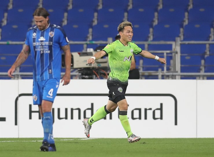 Jeonbuk Hyundai midfielder Takahiro Kunimoto, right, reacts after scoring Jeonbuk's second goal during the K League 1 ninth round match against Ulsan Hyundai at the Munsu Stadium in Ulsan, Sunday. / Yonhap