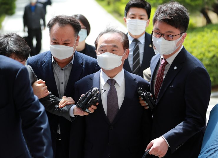 Former Busan Mayor Oh Keo-don, who is facing a charge of sexual harassment, appears in front of the Busan District Court, Tuesday, to attend a session on determining whether to approve an arrest warrant for him. The court decided to dismiss the warrant request later in the day, saying there would be no concerns over destruction of evidence. / Yonhap