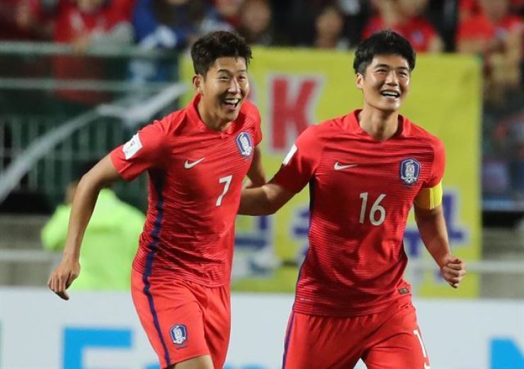 Former South Korean international Ki Sung-yueng, right, celebrates with his teammate Son Heung-min after Son scored a game winning goal against Qatar during the 2018 Russia World Cup qualification at the Suwon World Cup Stadium, Oct. 6, 2018. / Yonhap