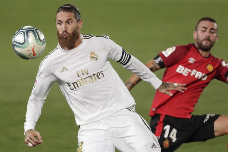 Real Madrid's Sergio Ramos, right, fights for the ball with Mallorca's Dani Rodriguez during the Spanish La Liga football match between Real Madrid and Mallorca at Alfredo di Stefano stadium in Madrid, Spain, Wednesday. / AP-Yonhap