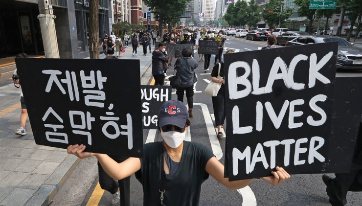 Activists march together in central Seoul, Saturday, in support of the Black Lives Matter movement. Yonhap