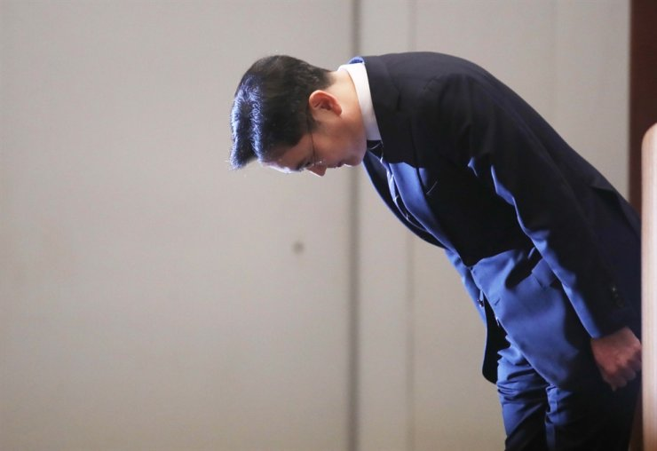 Samsung Electronics Vice Chairman Lee Jae-yong offers a public apology over alleged bribery and other wrongdoings in a nationally-televised event from the company's headquarters in Seocho, southern Seoul, May 6. Korea Times file