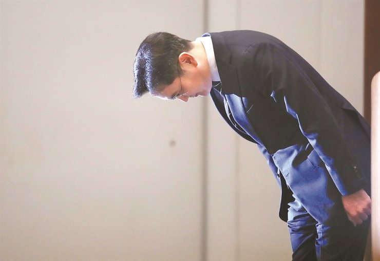 Samsung Electronics Vice Chairman Lee Jae-yong bows before a nationally televised apology over various company-involved wrongdoings at Samsung Seocho Tower, May 6. / Korea Times file