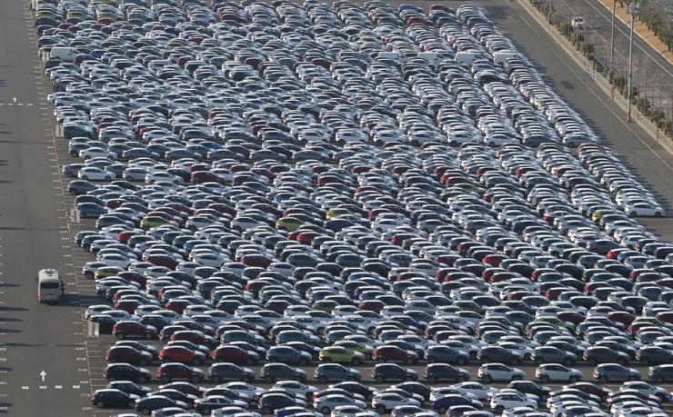 Vehicles are parked for export at a port near Hyundai Motor plant in Ulsan in this March 18 file photo. Yonhap