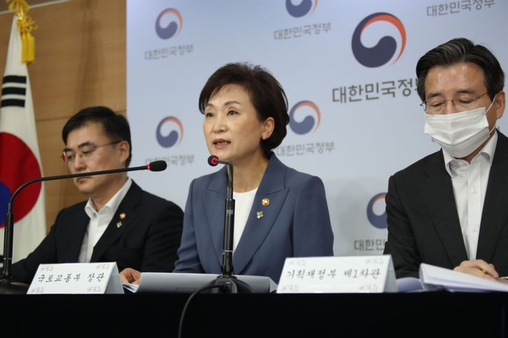Land, Infrastructure and Transport Minister Kim Hyun-mee, center, speaks during a briefing at the Seoul Government Complex in Gwanghwamun, Wednesday. / Yonhap