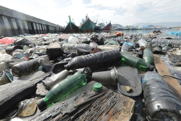 A view of plastic bottles and other garbage floating along the seashore in this file photo. Lotte, Coca-Cola and Haitai have found to be the most polluting brands in an inspection of plastic trash conducted by a civic environmental organization. Korea Times file