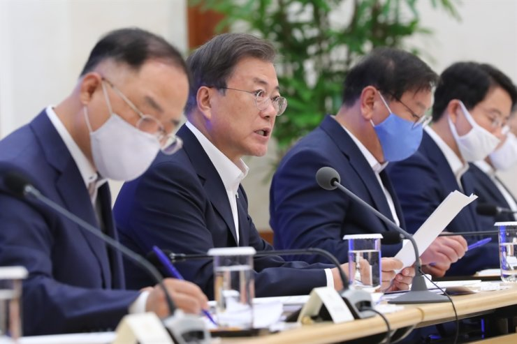 President Moon Jae-in, second from left, speaks during the sixth emergency economic council meeting at Cheong Wa Dae in Seoul, Monday. Yonhap