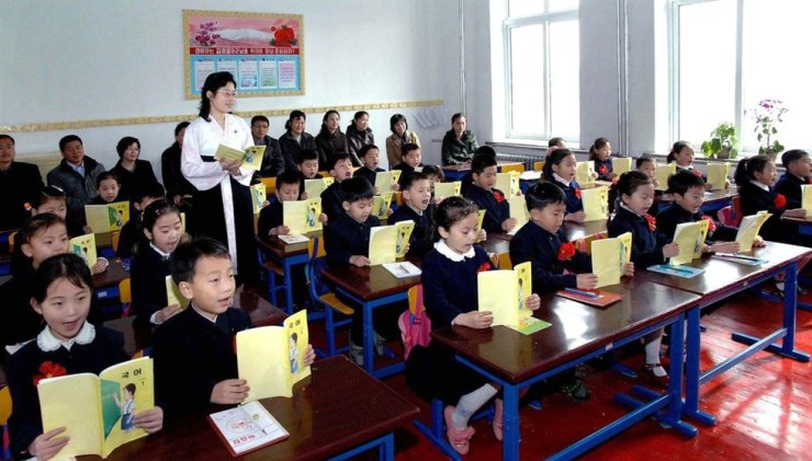 In this file photo taken in April, 2012, North Korea's elementary school students take a Korean language class. Yonhap