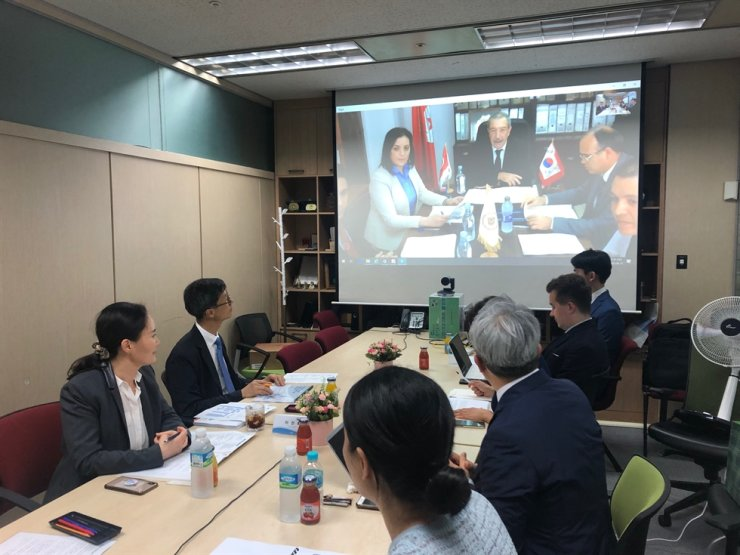 Korea Customs Service (KCS) officials attend an online meeting with their counterparts in Tunisa at the KCS headquarters in Daejeon, June 12. Courtesy of KCS