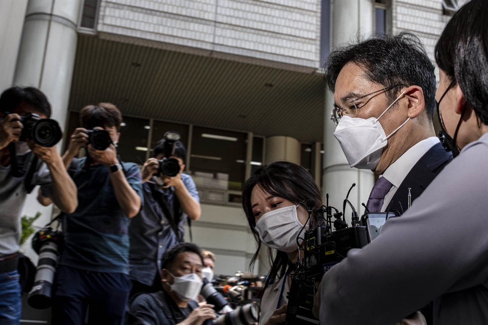 Samsung Electronics Vice Chairman Lee Jay-yong walks into the Seoul Central District Court with his lawyers on Monday. Korea Times photo by Shim Hyun-chul