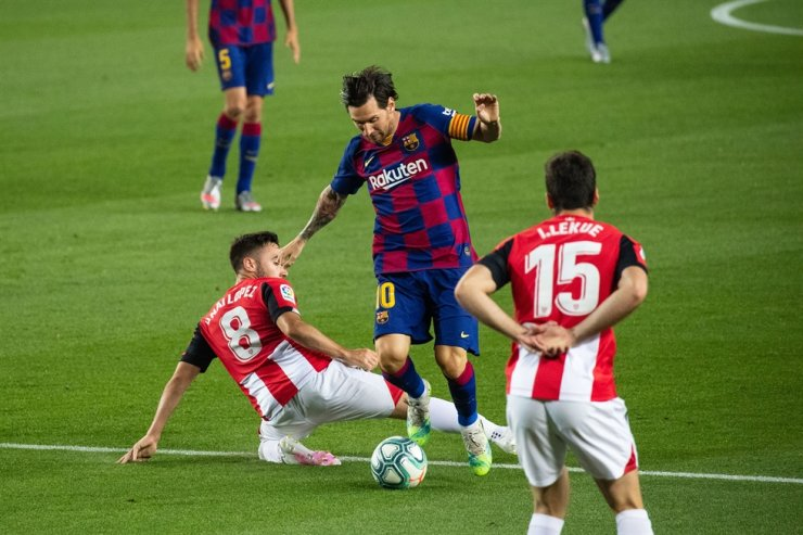 Barcelona's Lionel Messi, center, controls the ball during a Spanish league football match between Barcelona and Athletic Bilbao in Barcelona, Spain, Tuesday./ Xinhua-Yonhap