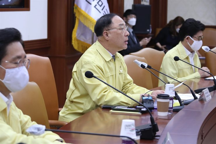 Deputy Prime Minister and Finance Minister Hong Nam-ki, center, speaks during an emergency economic meeting at the government complex in Gwanghwamun, Seoul, Friday. He said that the government can realize a tax hike only when there is a national consensus.