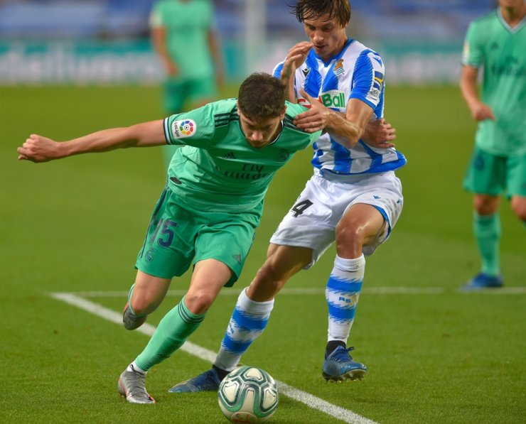 Real Madrid's Uruguayan midfielder Federico Valverde, left, vies with Real Sociedad's French defender Robin Le Normand during the Spanish League football match between Real Sociedad and Real Madrid at the Reale Arena-Anoeta Stadium in San Sebastian, Sunday. / AFP-Yonhap