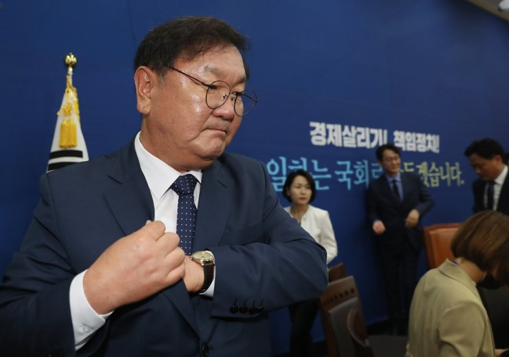 Rep. Kim Tae-nyeon, floor leader of the ruling Democratic Party of Korea, leaves after holding a press briefing at the National Assembly, Monday, on the breakup of the final round of negotiations with the main opposition United Future Party over how to form the standing committees of the 21st National Assembly. Yonhap