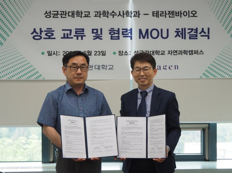 Theragen Bio CEO Hwang Tae-soon, right, and Prof. Lim Si-keun of Sungkyunkwan University's department of forensic science with the signed partnership agreement. Courtesy of Theragen Bio