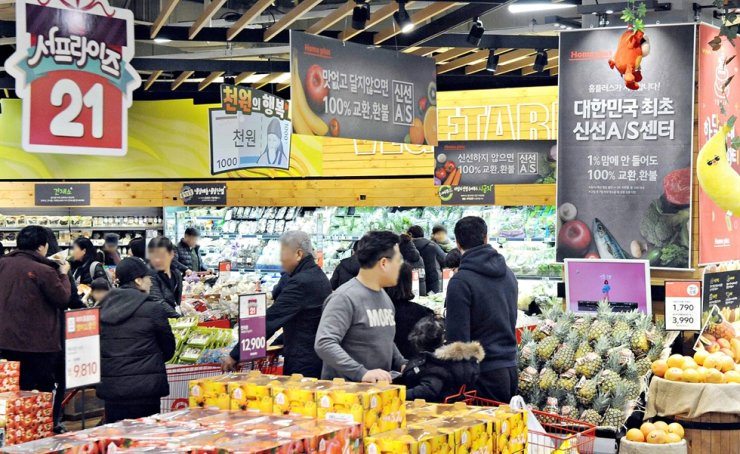 People shop at a groceries corner in Homeplus in Seoul in this 2019 file photo. / Yonhap