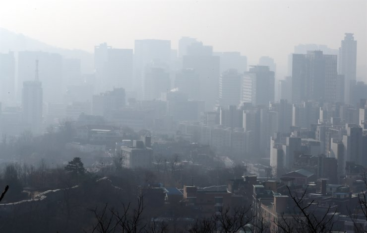 Seoul's Jongno District is foggy with particulate matter, also known as fine dust, on Mar. 18, 2020, when the PM10 concentration level recorded 'bad,' or between 81 and 150 micrometers per square meters. Yonhap
