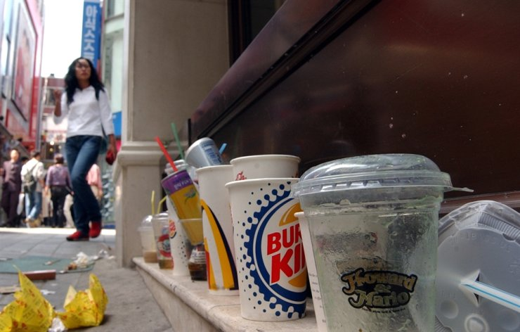 Takeout cups litter a shopping district in the Myeongdong area in the Jung-gu District, Seoul. Korea Times file
