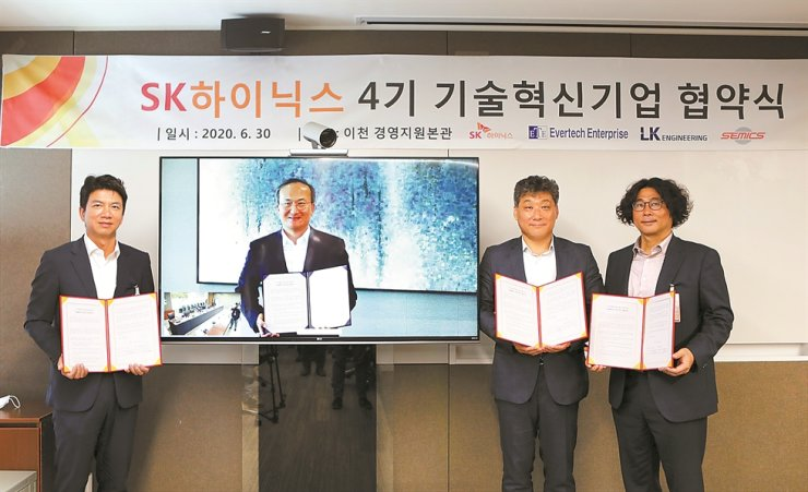 SK hynix CEO Lee Seok-hee (on TV screen) holds a signed agreement on supporting domestic high-tech material, parts and equipment companies ― LK Engineering, Evertech Enterprise and Semics ― during a video conferencing ceremony at the company's headquarters in Icheon, Gyeonggi Province, Tuesday. / Courtesy of SK hynix
