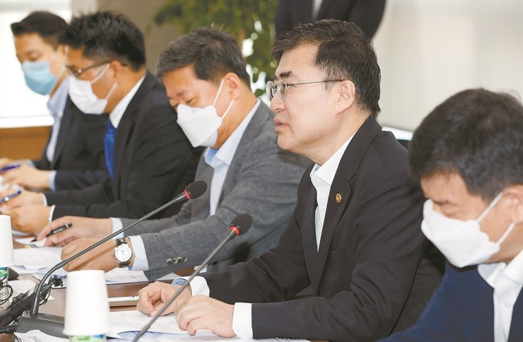 Financial Services Commission (FSC) Vice Chairman Sohn Byung-doo, second from right, speaks during a meeting on accounting reform at the Korea Listed Companies Association headquarters in Seoul, Monday. He told reporters that the FSC is considering conducting additional investigations into poorly managed private equity funds. / Courtesy of FSC