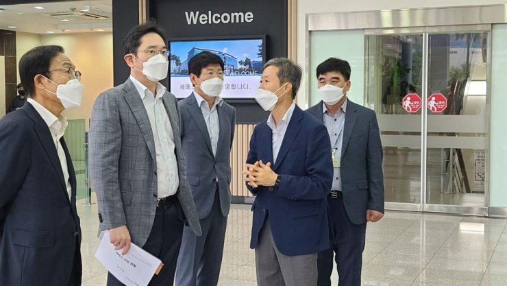 Samsung Electronics Vice Chairman Lee Jae-yong, second from left, tours Semes, Samsung's key semiconductor equipment affiliate, in Cheonan, South Chungcheong Province, Tuesday. Samsung said he inspected production lines of chip- and display-making equipment as part of his on-site management activities. / Courtesy of Samsung Electronics