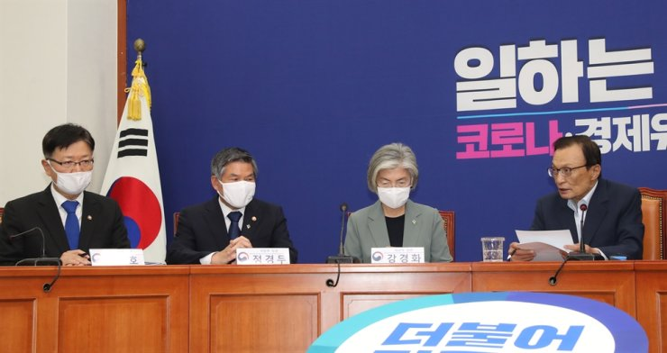 Ministers attend an emergency meeting of the ruling Democratic Party of Korea's (DPK) advisory council for diplomacy, defense and unification affairs held at the National Assembly in Seoul, Thursday. From left are Vice Unification Minister Suh Ho, Defense Minister Jeong Kyeong-doo, Foreign Minister Kang Kyung-wha and DPK leader Lee Hae-chan. Yonhap