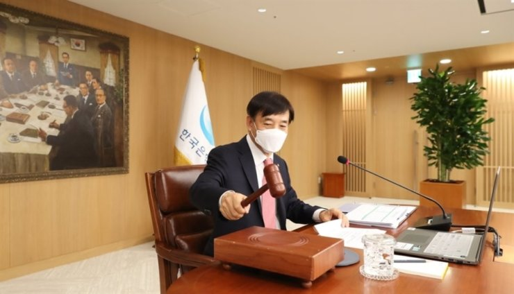 Bank of Korea Governor Lee Ju-yeol bangs a gavel during a monetary policy board meeting at its headquarters in Seoul, May 28. Yonhap