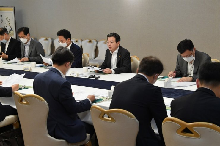 Vice Finance Minister Kim Yong-beom, center, presides over a meeting on the nation's strategic growth at the Seoul Government Complex, Friday. He said the ministry will keep a close eye on rising beef and pork prices. Meat prices have been on the rise, as households consume more livestock products amid the COVID-19 pandemic. Courtesy of Ministry of Economy and Finance