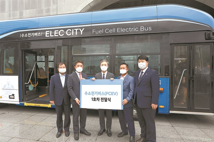 Hyundai Motor and government officials pose for a picture after the carmaker delivered its first hydrogen electric bus to the Jeonju City Government, Wednesday. The bus is capable of operating for 450 kilometers on a single charge. From left, Ministry of Trade Industry and Energy industry policy head Kang Kyung-sung, Hyundai Motor Executive Vice President Lee In-cheol, Jeonju Mayor Kim Seung-su and Jeonju City Council Chairman Kang Dong-hwa. / Courtesy of Hyundai Motor