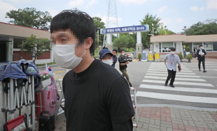 Son Jong-woo, who operated 'Welcome to Video,' one of the world's largest child porn sites, leaves the Seoul Detention Center at Uiwang in Gyeonggi Province, Monday, after the Seoul High Court rejected a extradition request for him. Yonhap