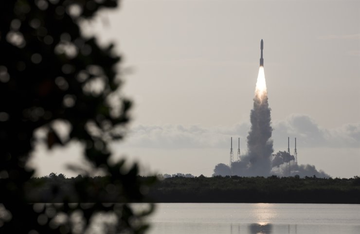 This photo provided by NASA shows a United Launch Alliance Atlas V rocket being launched at Space Launch Complex 41 at the Cape Canaveral Air Force Station in Cape Canaveral, Fla., July 30. AP-Yonhap