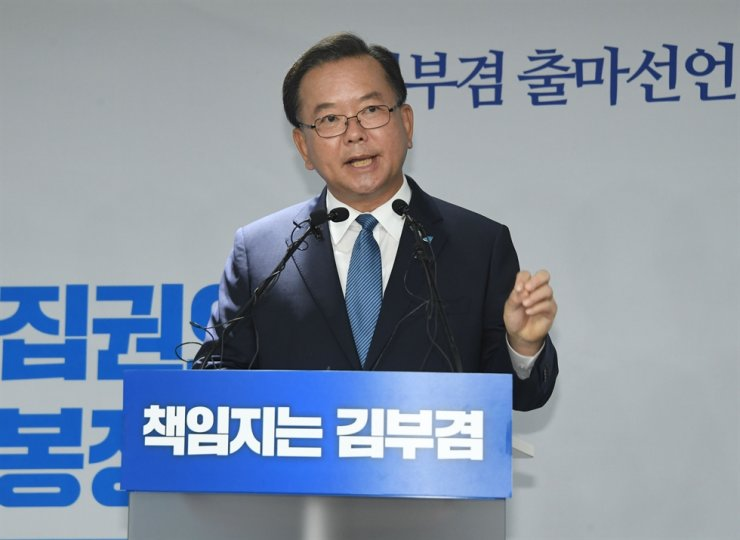 Kim Boo-kyum, a former four-term lawmaker with the ruling Democratic Party of Korea, speaks during a press conference at the National Assembly in Seoul, Thursday, to declare his bid to run in a race for the party chairmanship. Korea Times photo by Oh Dae-geun