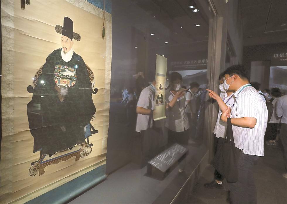 'Samguk sagi' (History of the Three Kingdoms), left, and 'Samguk yusa' (Memorabilia of the Three Kingdoms) are on display at 'The New National Treasures of Korea 2017-2019' exhibition at the National Museum of Korea in Seoul, Monday. Yonhap