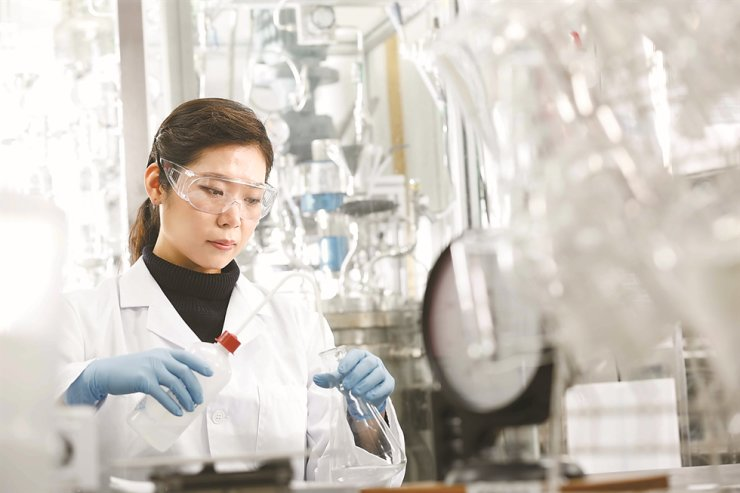 A researcher conducts a study at a Kumho Petrochemical's central research lab in Daejeon in this undated file photo / Courtesy of Kumho Petrochemical