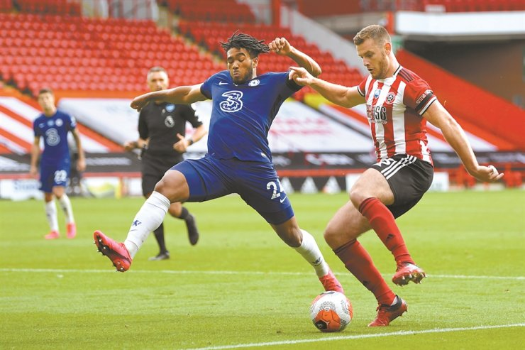 Chelsea's Reece James, left, vies for the ball with Sheffield United's Jack O'Connell during the English Premier League football match between Sheffield United and Chelsea at Bramall Lane in Sheffield, England, Saturday. / AP-Yonhap