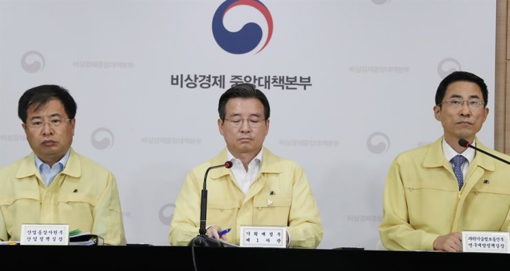 First Vice Minister of Economy and Finance Kim Yong-beom, center, presides a briefing following a meeting on the economy with related ministries, at the Seoul Government Complex, Thursday. / Yonhap