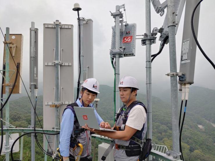 KT employees set up a 5G base station in Daegu. Courtesy of KT