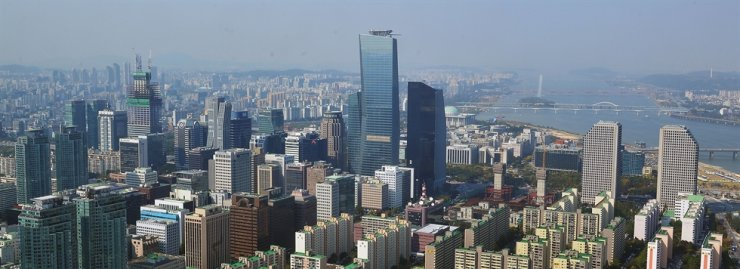 A view of the Yeouido financial district in Seoul. The high-rise buildings seen in the center comprise the International Finance Center complex. / Korea Times file