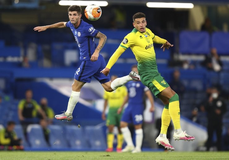 Chelsea's Christian Pulisic, left, and Norwich City's Ben Godfrey battle for the ball during the English Premier League football match between Chelsea and Norwich City at Stamford Bridge in London, England, Tuesday. / AP-Yonhap