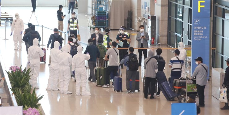 Korean evacuees from Iraq arrive at Incheon International Airport, Friday. Those who tested negative for COVID-19 will spend the next two weeks in self-quarantine. / Korea Times Photo by Shim Hyun-chul